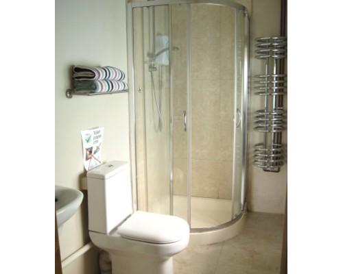 The Old Farmhouse En suite shower room